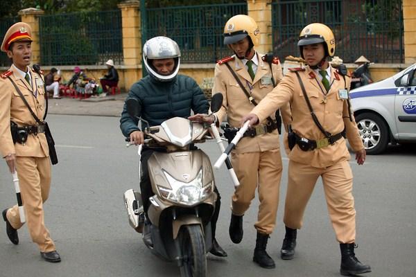 bị cảnh sát giao thông dừng xe