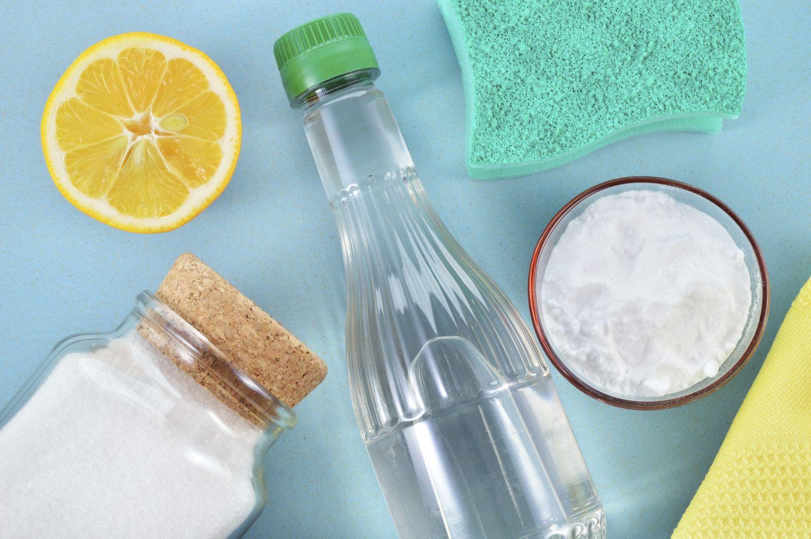 Tẩy sạch vết bẩn trong chai lọ bằng muối