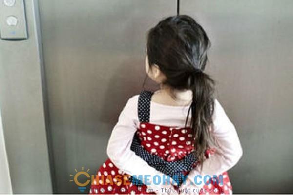 Dạy trẻ cẩn thận khi đi thang máy một mình