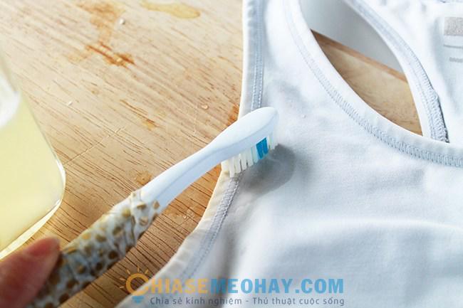 Làm trắng áo bằng kem đánh răng