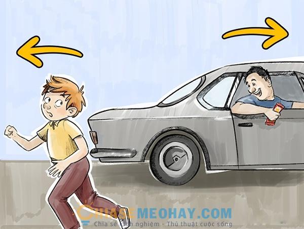 Trẻ nên di chuyển ngược hướng xe người lạ