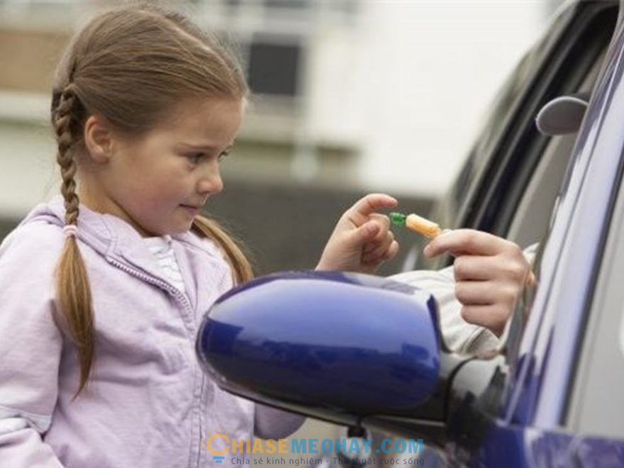 Trẻ tránh nhận quà từ người lạ