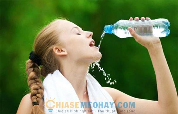 Uống đủ 2 lít nước mỗi ngày giúp tăng độ ẩm cho da