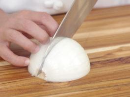 Mẹo cắt hành tây không cay mắt như đầu bếp chuyên nghiệp