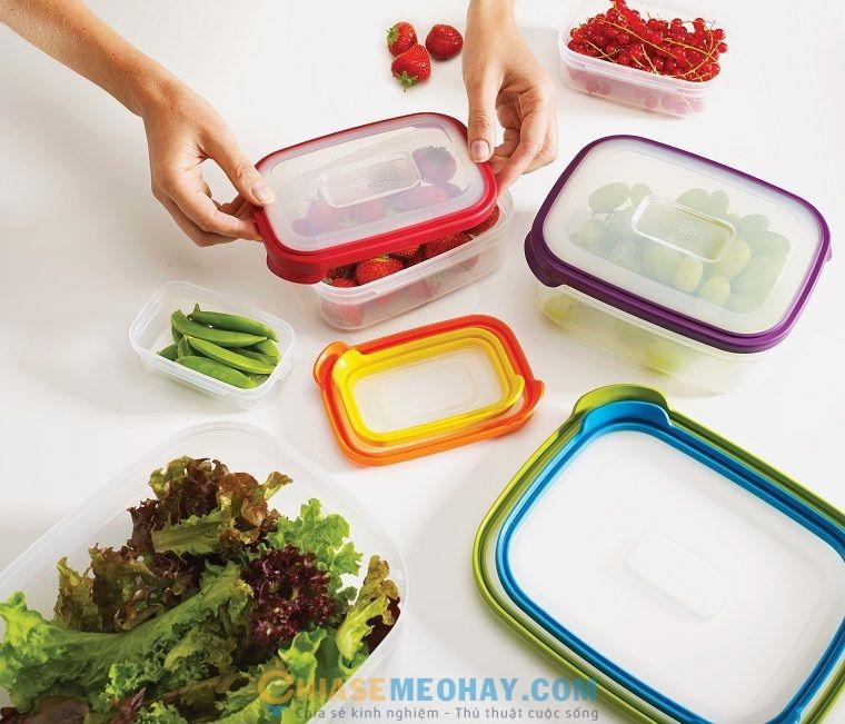 Sử dụng hộp đựng thực phẩm để tối ưu không gian trong tủ